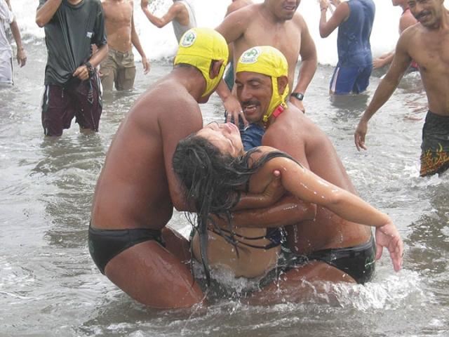 Guardavida de Comandos de Salvamento rescatan a Gloria Maribel Guevara, de 22 años, quien estuvo a punto de morir ahogada el 26 de marzo del 2005, en la Playa El Majahual.