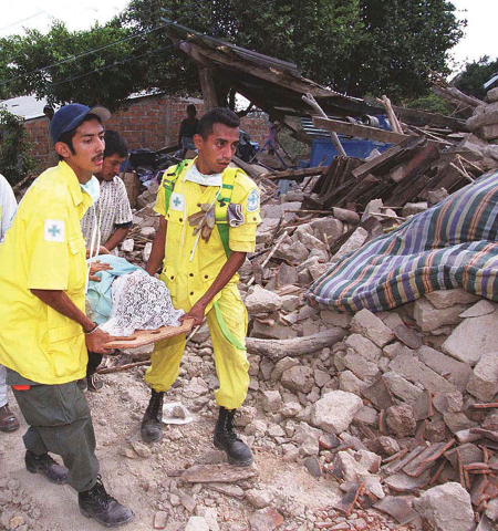 San Juan Tepezontes departamento de la paz.Socorristas trasladan cadaver de una mujer despues de ser rescatada entre los escombros luego del sismo de 6.1 gardos que se registro en todo el pasi. (FOTO LPG/MILTON FLORES)