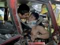 Geovani Ernesto Pérez, de 18 años, es rescatado por socorristas de Comandos de Salvamento y Bomberos después de haber chocado su automotor placas P-95990 con otro vehículo, a la altura del kilómetro 17½ y de la carretera al puerto de La Libertad.