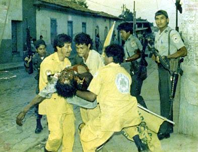 Jhonny en frente, con otros dos Comandos auxiliando un vigilante durante la Guerra Civil en Quezaltepeque