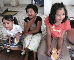 Niños en Ilopango reciben Pan donado.