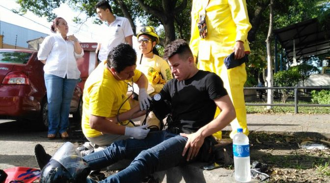 Comandos de Salvamento auxilia a motociclista lesionado