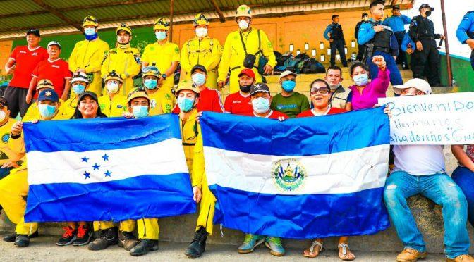 RETORNAN A EL SALVADOR DESPUÉS AYUDAR EN HONDURAS